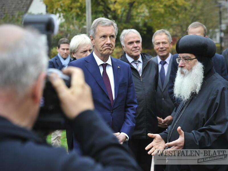 Im Vordergrund Bundespräsident a.D. Christian Wulff und S.E. Bischof Anba Damian